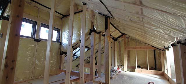 床、壁、天井にしっかりと断熱材を充填します。